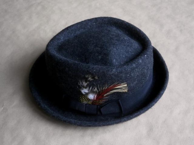 S/M . Review . tmavě šedý klobouk s pírky