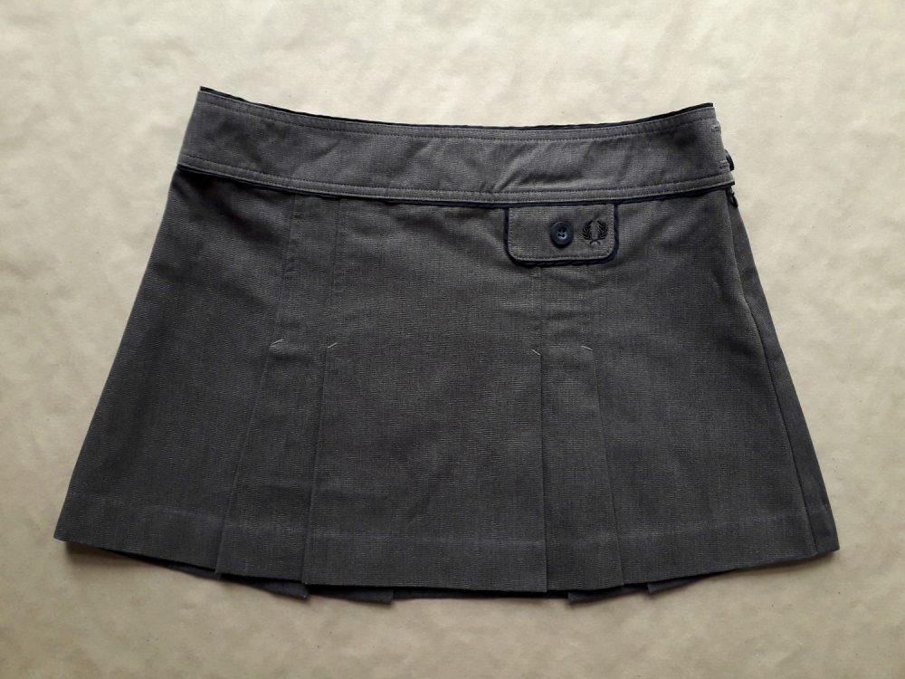 38 . Fred Perry . krátká hnědá sukně s černými detaily