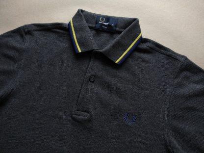 XS . Fred Perry . tmavě šedé polo s modrým a žlutým proužkem