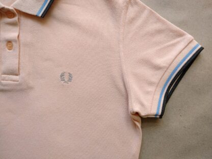 40 . Fred Perry . dámské meruňkové polo s modrým a hnědým proužkem