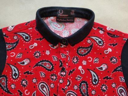 36 . Fred Perry . bílo-černo-červené šaty na knoflíčky se vzorem paisley