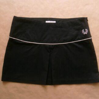 38 . Fred Perry . černá tenisová sukně se světle růžovým proužkem