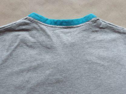 S/M . Fred Perry . šedé tričko s tyrkysovým proužkem