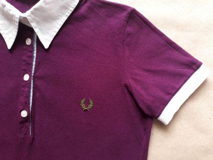 M . Fred Perry . fialovovínové polo s bílým límečkem