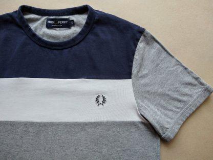S . Fred Perry . modro-šedé tričko s bílým pruhem