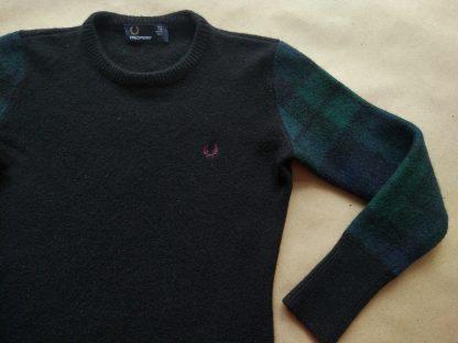 34 . Fred Perry . dámský dlouhý černý svetr s modro-zelenými rukávy