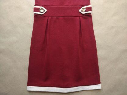34 . vínové šaty s bílým lemem